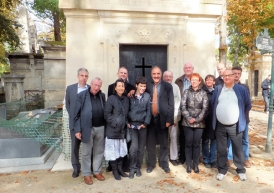 P.L. 182 - groupe S.E.F. devant tompbe Gourgaud
