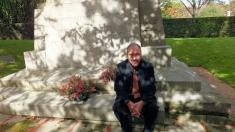 P.L. 199 - Julien Sapori devant le monument aux garibaldiens et combattants italiens