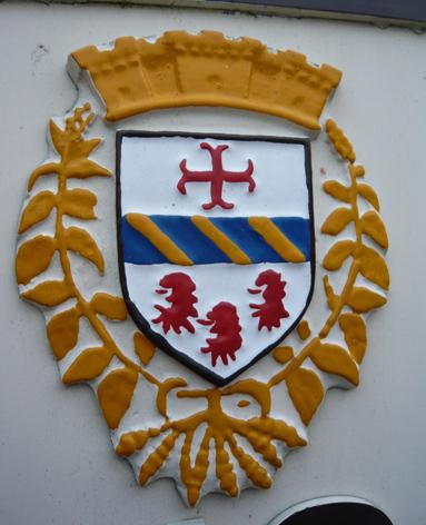 S.E.F. CROSNE Armoiries d'argent à la fasce d'azur chargée de trois bandes d'or, accompagnée en chef d'une croix ancrée de gueules et en pointe de trois têtes de lion arrachées du même